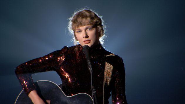 Taylor Swift, ici en concert à Nashville en septembre 2020, a entamé le réengistrement...