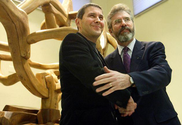 Arnaldo Otegi y Gerry Adams se saludan en febrero de 2005 en el Parlamento de