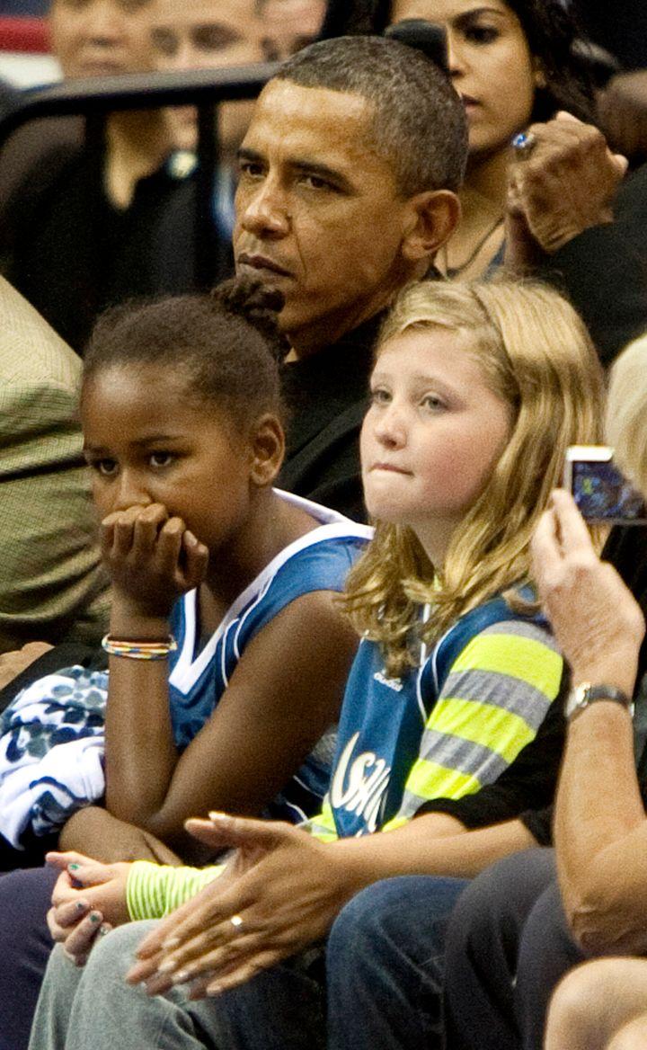 Ο τότε Πρόεδρος των ΗΠΑ, Μπάρακ Ομπάμα κι η κόρη του, Σάσα, παρακολουθούν έναν αγώνα μεταξύ των Tulsa Shock και Washington Mystics το 2010 στην Ουάσινγκτον.