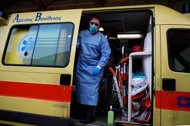 Στα 2.422 τα νέα κρούσματα του κορονοϊού στη χώρα και 63 θάνατοι σε μια