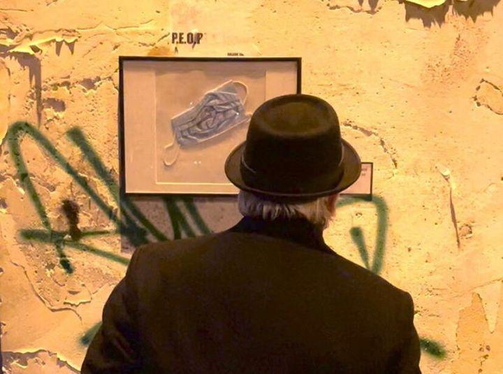 L'artiste Toolate a exposé des masques usés qui ont été jetés dans la rue.