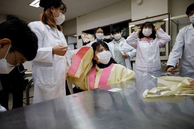 경기도 성남시에 위치한 을지대학교에서 장례지도학과 학생들이 실습을 하고 있다. 2020년