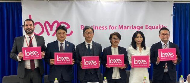 会見に登壇したコカ・コーラのジョーダンさん、パナソニックの三島さん、「 LGBTとアライのための法律家ネットワーク」の藤田さん、「虹色ダイバーシティ」の村木さん、「Marriage For All Japan...