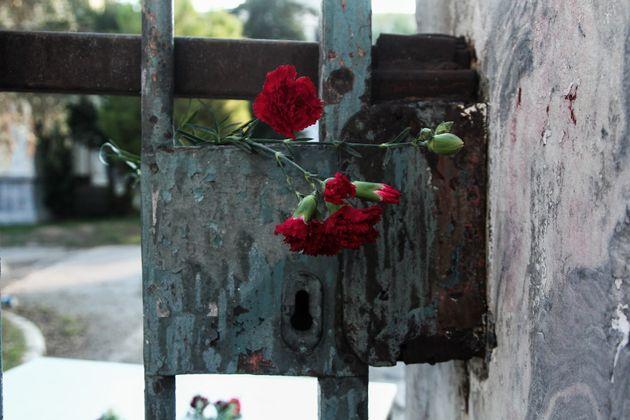 Ο ΣΥΡΙΖΑ θα πληρώσει το πρόστιμο της γυναίκας που άφησε ένα λουλούδι στο
