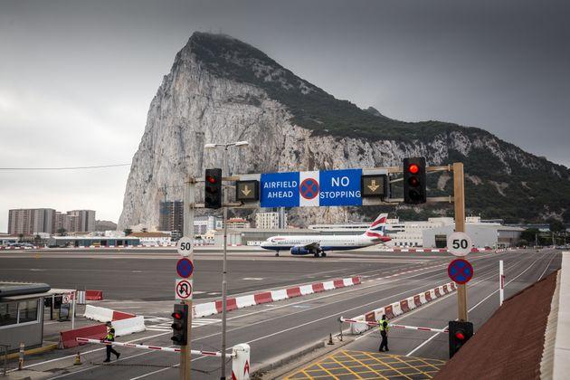 Vista del aeropuerto de Gibraltar, con el Peñón al