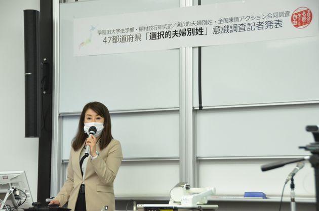 会見で話す、市民グループ「選択的夫婦別姓・全国陳情アクション」事務局の井田奈穂さん。