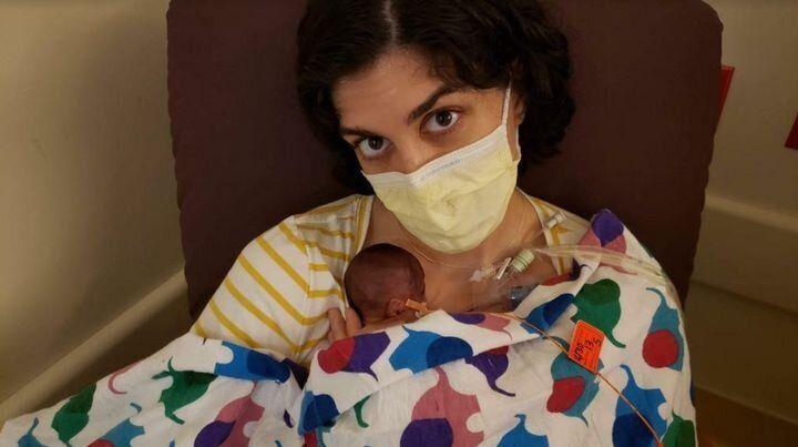 El 30 de abril de 2020, justo una semana después de dar a luz, la autora pudo coger en brazos a su hijo por primera vez.