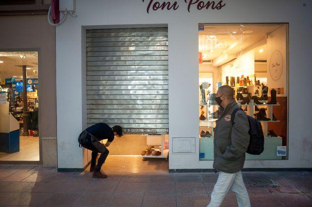 Un empleado cierra una tienda, en