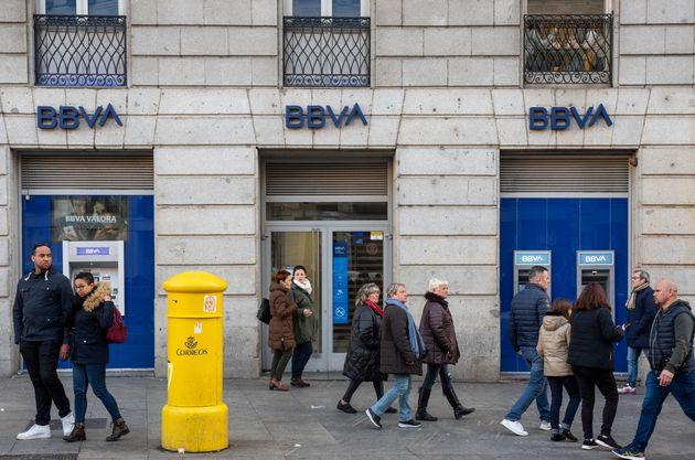 Los bancos disparan sus comisiones por el coronavirus: así se pueden