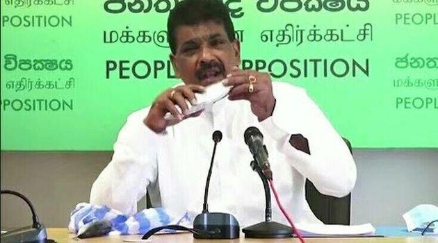 Σρι Λάνκα: Εφαγε ωμό ψάρι σε συνέντευξη Τύπου για να δείξει ότι δεν υπάρχει κίνδυνος