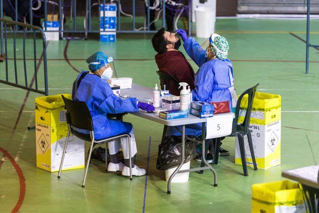 Una enfermera extrae una muestra para realizar una prueba de coronavirus a un paciente en Alpedrete (Madrid),...
