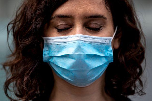 Isabel Diaz Ayuso con los ojos cerrados durante una visita al Hospital IFEMA en Madrid, el 11 de abril...