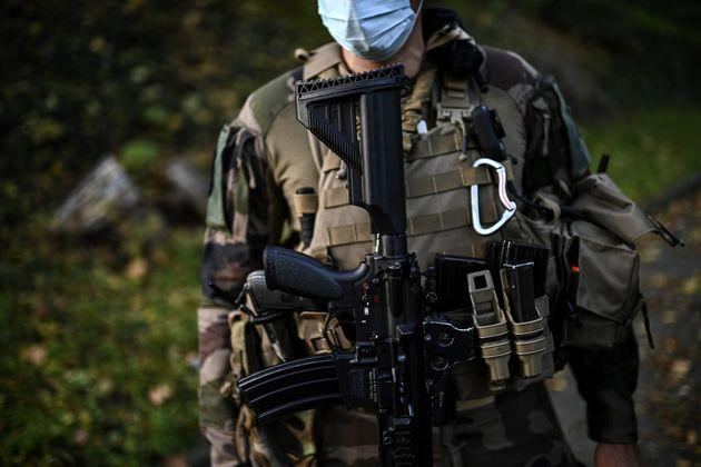 Un soldat de la force Sentinelle, dans la banlieue de Paris, le 6 novembre 2020. (photo