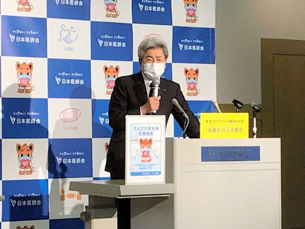 記者会見する日本医師会の中川俊男会長=11月18日午後、日本医師会、久永隆一撮影