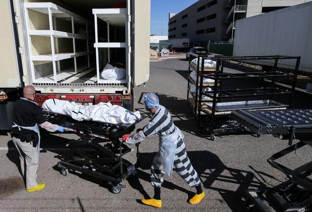 텍사스주 엘패소에서 재소자들이 냉동트럭에 마련된임시 안치소로 코로나19 사망자들의 시신을 옮기고 있다. 이 업무를 자원한 재소자들은 시간당 2달러를 받는다. 텍사스주의 코로나19...