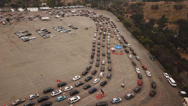 캘리포니아주 로스앤젤레스 다저스타디움에 마련된 '드라이브 스루' 진료소에 코로나19 검사를 받으려는 차량들이 긴 줄을 형성하고 있다. 2020년