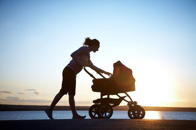 Una sentencia reconoce el derecho de una madre soltera a sumar los permisos de maternidad y