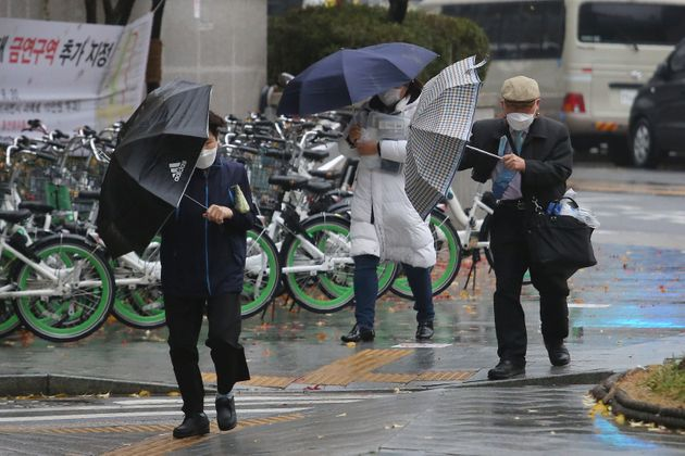 11월을 기준으로 기상관측 역사상 가장 많은 비가 내렸던 서울에서 시민들이 힘겹게 걸음을 옮기고 있다. 2020년
