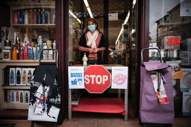 Isabelle se tient devant son magasin à Lavaur, dans le sud-ouest de la France, le 3 novembre 2020....