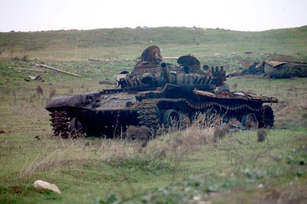 ナゴルノ・カラバフ紛争で破壊された戦車。(アゼルバイジャン・フィズリ県で11月18日に撮影)