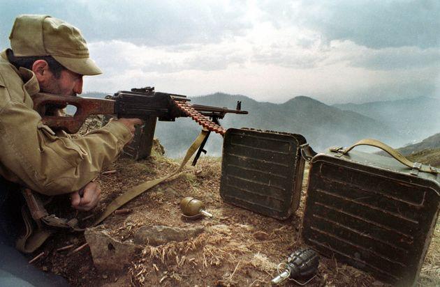 1990年代のナゴルノ・カラバフ紛争。アルメニア側の狙撃兵がアゼルバイジャン軍を狙っている。(1993年4月にハドルトで撮影)