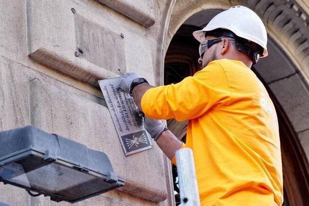 Retirada de la placa de vivienda de protección oficial en un edificio de