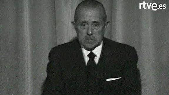Arias Navarro durante el anuncio de la muerte del
