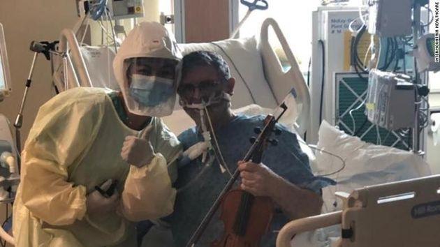 ΗΠΑ: Ασθενής σε ΜΕΘ παίζει βιολί για να ευχαριστήσει τους