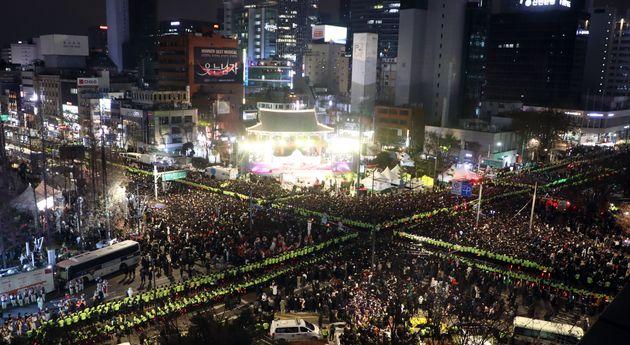 2019년 마지막 날인 31일 오후 서울 종로구 보신각 앞에서 시민들이 '2019 제야(除夜)의 종 타종행사'를 기다리고