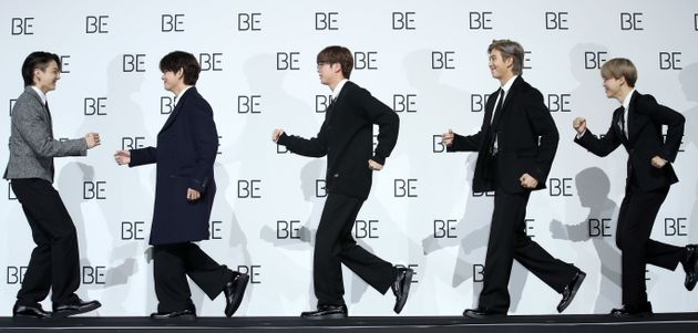 그룹 BTS(방탄소년단)의 정국(왼쪽부터), 뷔, 진, RM, 지민이 20일 오전 서울 동대문구 동대문디자인플라자(DDP)에서 열린 새 앨범 'BE (Deluxe Edition)'...