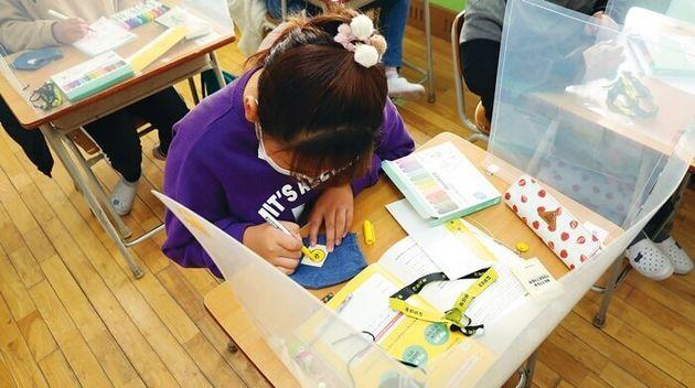 강북구 송중초등학교 5학년 6반 아이들이 11월13일 '유자학교' 수업에서 만들기 키트로 면 마스크 라벨지에 그림을 그려 넣고