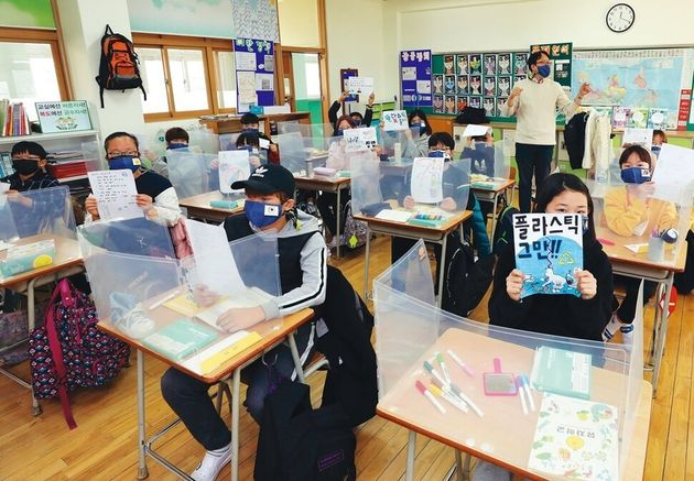 11월13일 강북구 송중초등학교 5학년 6반 교실에서 담임인 배성호 교사와 학생 20명이 플라스틱에 관한 특별 수업을 하고 있다. 유해물질로부터 자유로운 건강한 학교 프로젝트 '유자학교'...