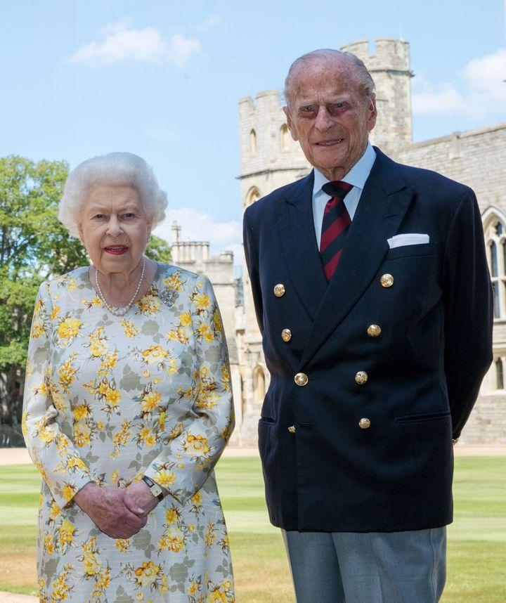 Η βασίλισσα Ελισάβετ κι ο πρίγκιπας Φίλιππος φωτογραφίζονται με την ευκαιρία των 99ων γενεθλίων του στο κάστρο του Γουίνσδορ όπου βρίσκονται σε καραντίνα λόγω κορονοϊού.
