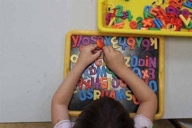 Una niña juega en un