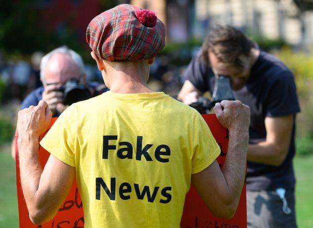 Un hombre posa con una camiseta con el lema 'noticias falsas', el pasado 12 de septiembre en la ciudad...