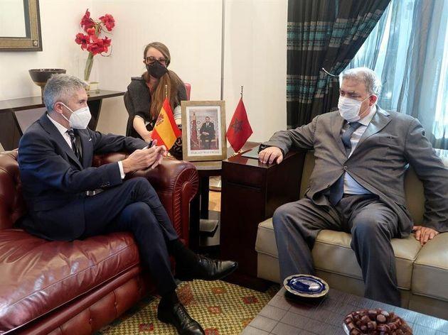El ministro del Interior, Fernando Grande-Marlaska (i), durante un encuentro con su homólogo,marroquí,...