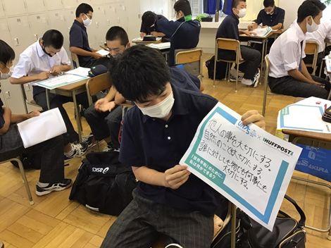 「世界平和のためにできること」について発表した生徒たち