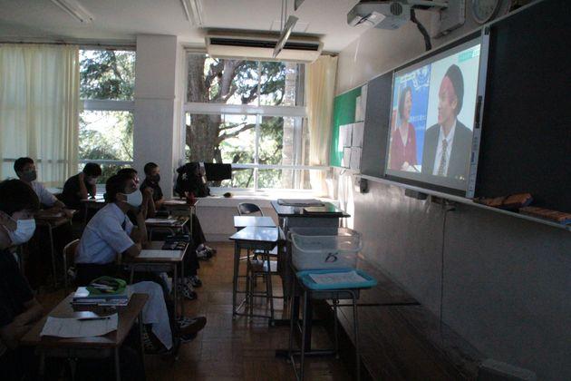 ハフポストLIVEの動画を視聴する生徒たち