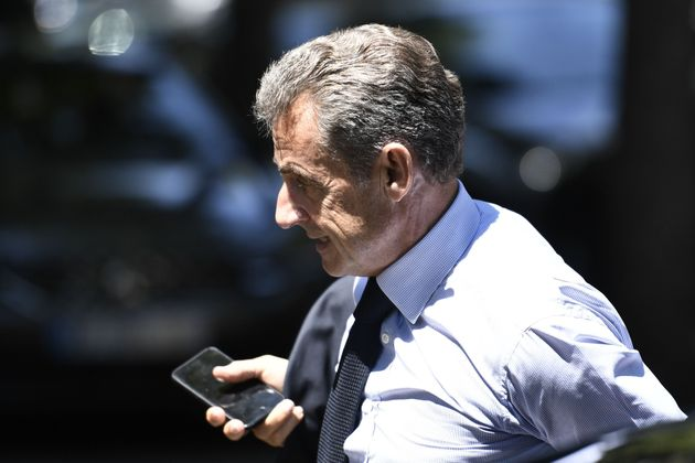 Nicolas Sarkozy fotografiado al margen del funeral del exministro de Justicia ...