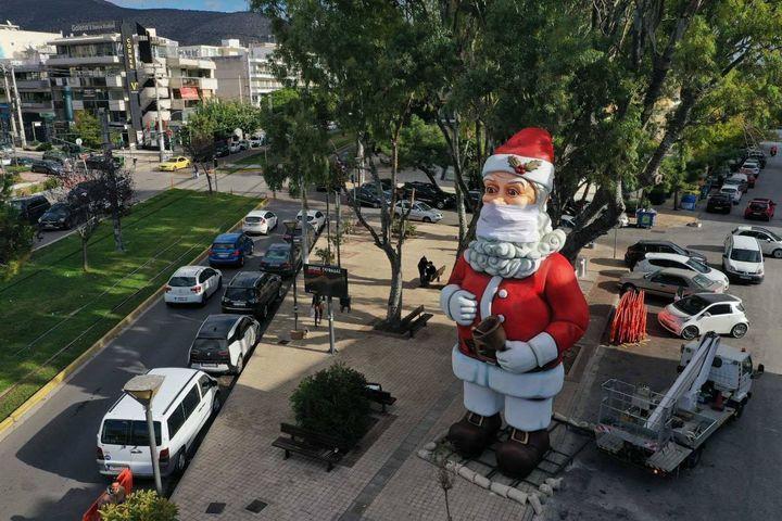 Ο Αγιος Βασίλης στην πλατεία της Γλυφάδας