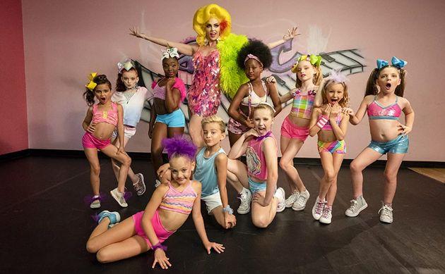 La célèbre Alyssa Edwards nous ouvre les portes de son école de danse dans