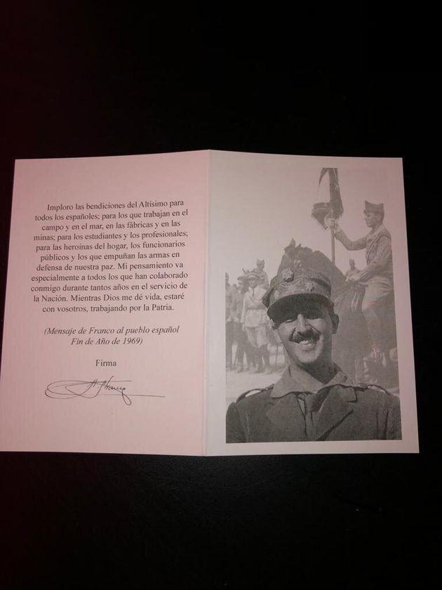 Tarjeta con la foto del dictador y un fragmento de un discurso que dio en el fin de año de