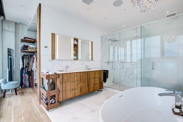 La propriété comprend un walk-in adjacent à la salle de bain.