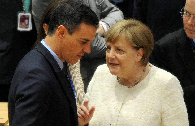 Imagen de archivo del presidente español, Pedro Sánchez, y la canciller alemana, Angela