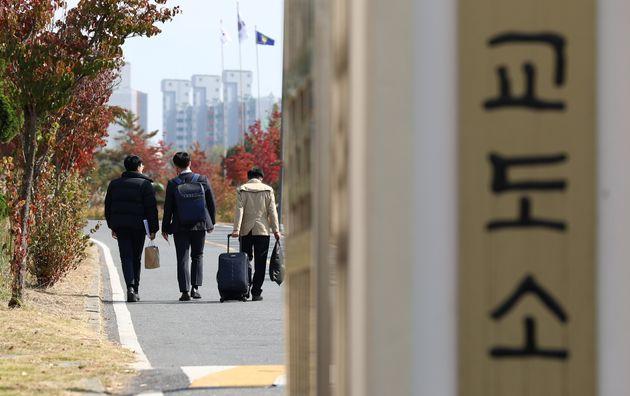 10월 26일 오후 대전교도소 내 대체복무 교육센터에서 양심적 병역거부자 63명의 입교식이 열린 가운데 입교생들이 입교식장으로 들어가고