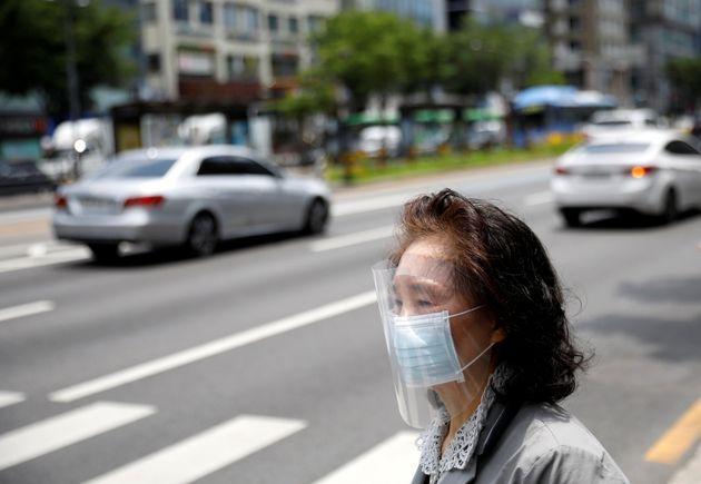 5월 8일 서울의 한 거리를 걷고 있는 시민