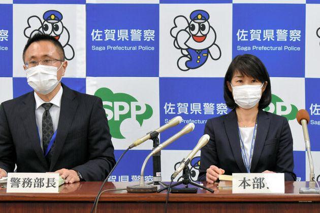 定例記者会見に出席した杉内由美子本部長(右)と鈴木知広警務部長=2020年11月20日、佐賀県警本部