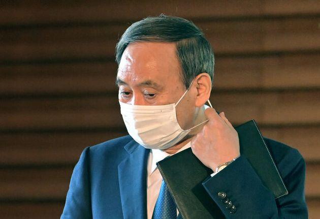 マスクをはずし記者の取材に応じる菅義偉首相=2020年11月19日午前、首相官邸、恵原弘太郎撮影