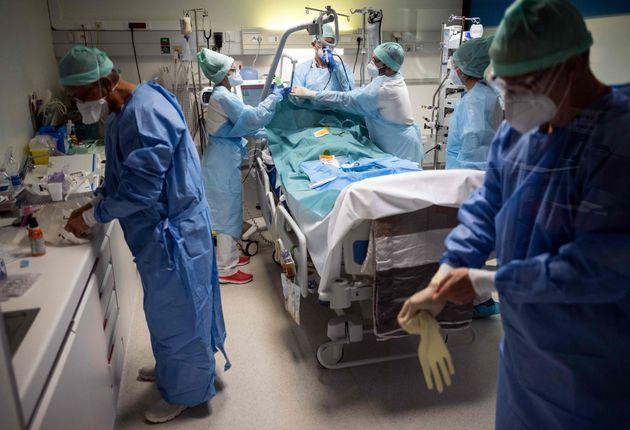 Du personnel hospitalier s'affaire dans la chambre d'un patient Covid à la clinique Muret près...