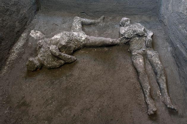 Pompei restituisce i corpi integri di due fuggiaschi. Il giallo dell'uomo col